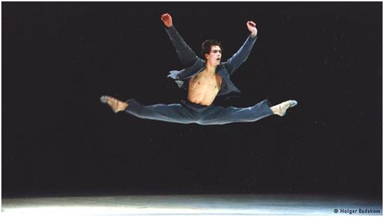 mamochkami-balerina-v-dlinnom-plate-zadiraet-nogu-i-pokazivaet-trusi